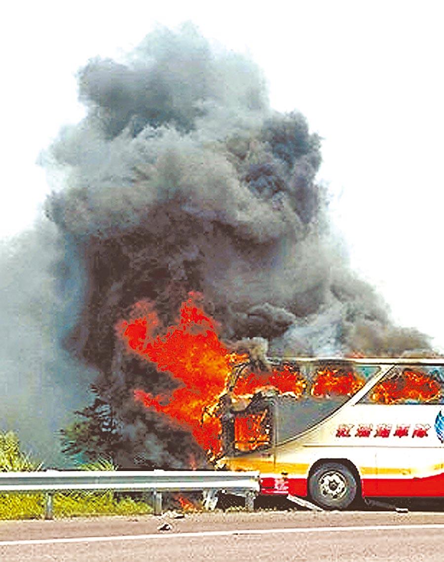 2016年7月19日,國道2號西向2.8公里處發生遊覽車火燒車意外,包含24名陸客和台籍駕駛及導遊,共26人罹難。(取自爆料公社)