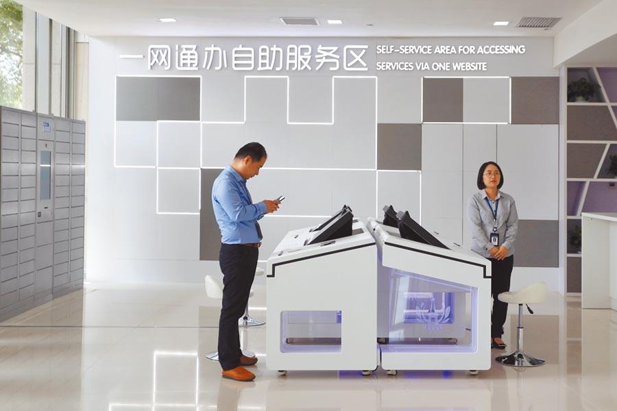上海臨港新片區實施「特殊支援政策」,圖為企業利用一網通辦平台實現業務一站式自助申報。(中新社)