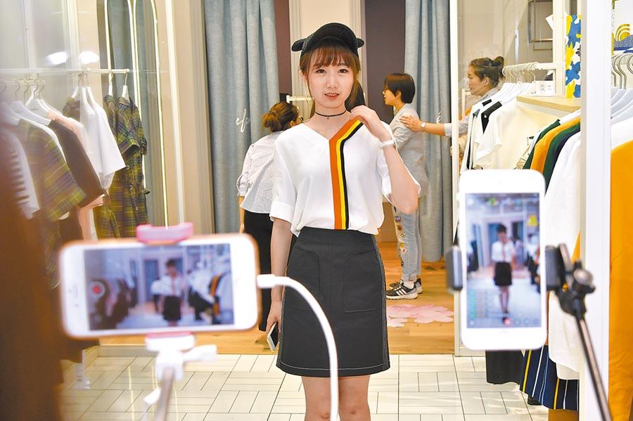 杭州商場品牌服裝店,商家邀網紅直播。(CFP)