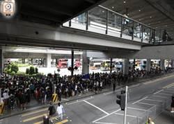 影》 示威者聚集香港機場 一度有人衝進客運大樓