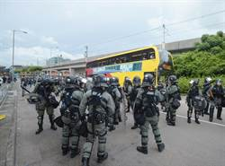 防暴警向巴士總站推進 示威者築路障