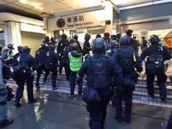 防暴警進東涌站清場 登列車車廂盤查