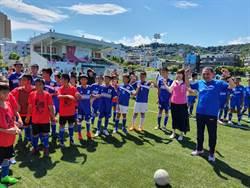 鼓勵運動 侯友宜與國小足球隊踢球