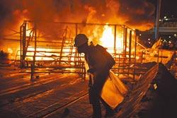831港島不平靜 游擊示威遍地開花 群眾四處縱火 港警藍色水柱伺候