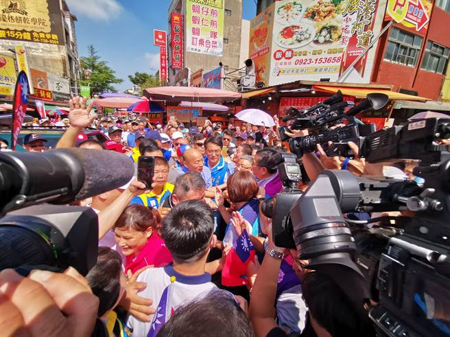 韓國瑜至鹿港天后宮參拜,離開時廣場幾乎擠爆。(吳建輝攝)