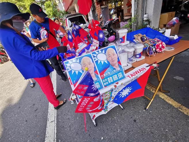 天后宮廣場出現許多販售國旗小物的攤商。(吳建輝攝)
