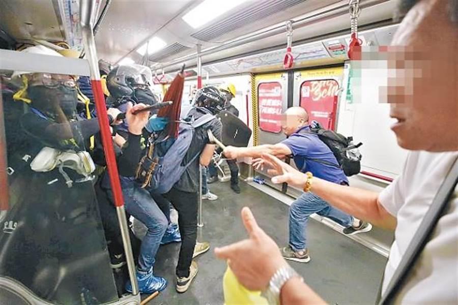 太子站列車上有藍衣人持傘襲擊黑衣人。(圖/截自東網)