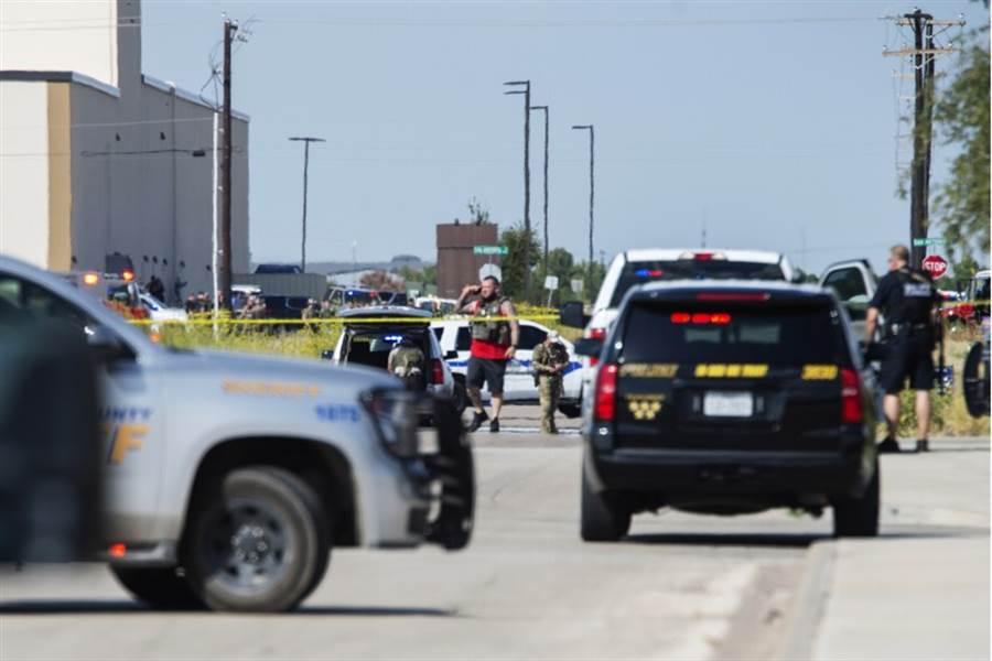 美國西德州地區當地時間8月31日下午爆發隨機槍擊案,一名槍手駕車在公路上槍殺員警後,隨機對著附近用路人及汽車掃射,至今造成5人死亡、21人受傷。槍手在後續與警方的駁火中遭擊斃。(圖/美聯社)