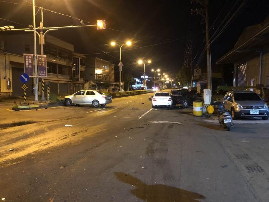 周車撞上分隔島、莊車則殃及路旁兩輛自小客車。(翻攝照片/蔡依珍桃園傳真)