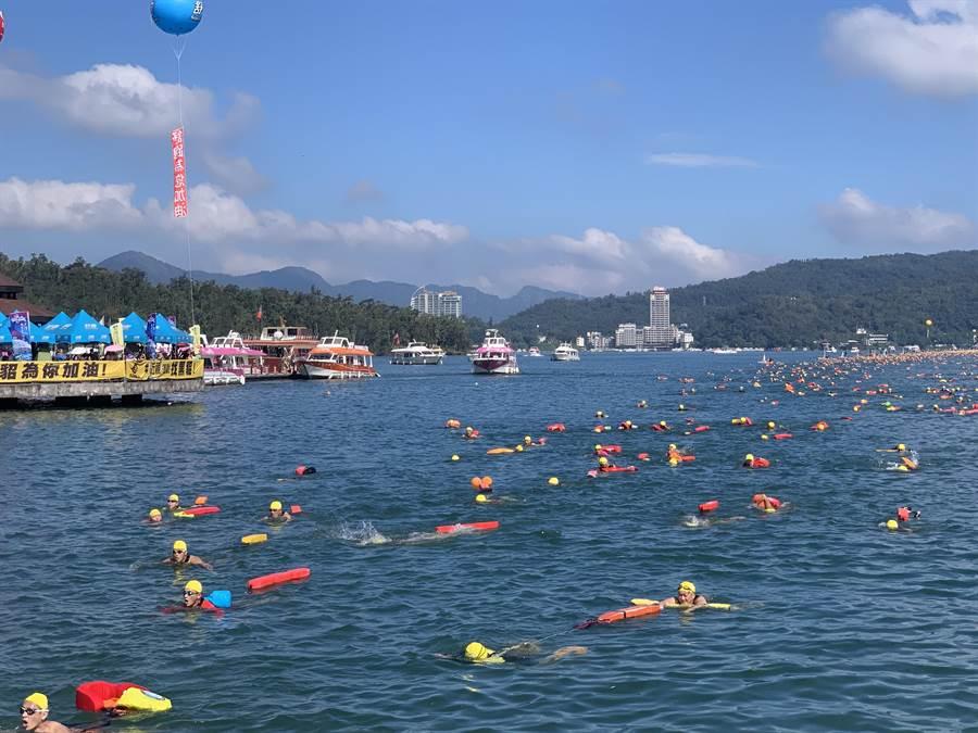 日月潭萬人泳渡,泳客抵達伊達邵碼頭。(廖志晃攝)