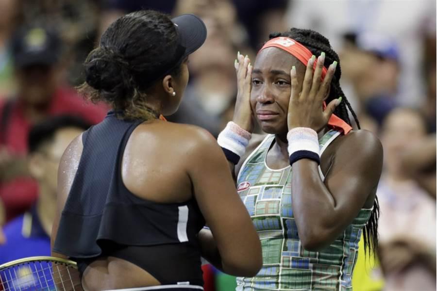 網球球后大坂直美(左)賽後與高夫交談。(美聯社)