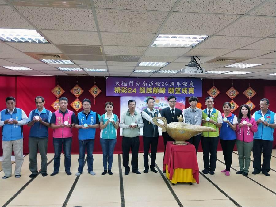 太極門台南道館邀請參加24周年館慶的貴賓共同手扶神燈及許願球許下願望。(洪榮志攝)
