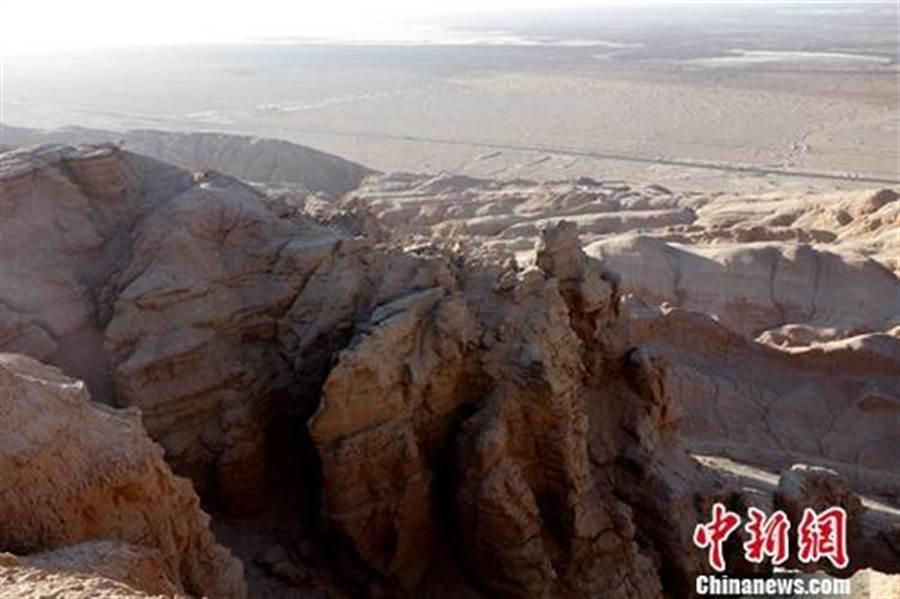 圖為地處柴達木盆地西部的含油氣地質構造——油砂山。(照片取自中新網)