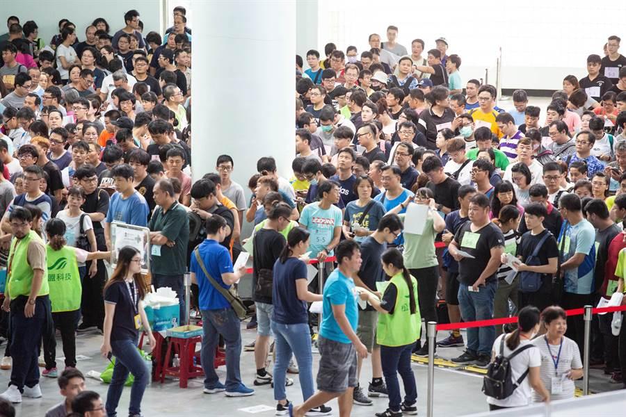 高市環保局首度大舉對外招募清潔隊員,吸引12498名考生報考,擠爆考試現場。(袁庭堯攝)