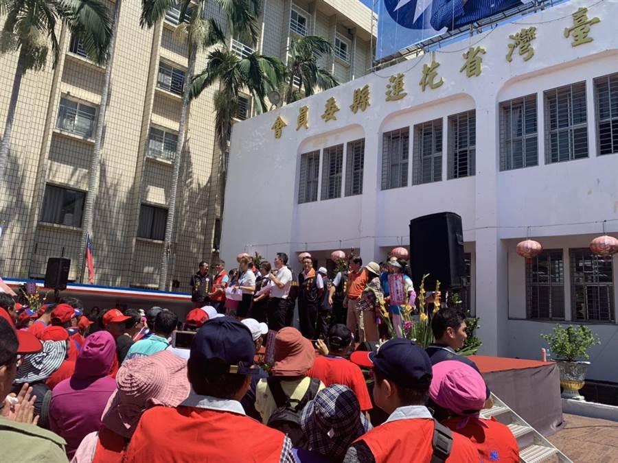 今日花蓮韓國瑜競選總部正式揭牌,支持者不畏高溫,一早便將現場擠得水泄不通。(王昱凱攝)
