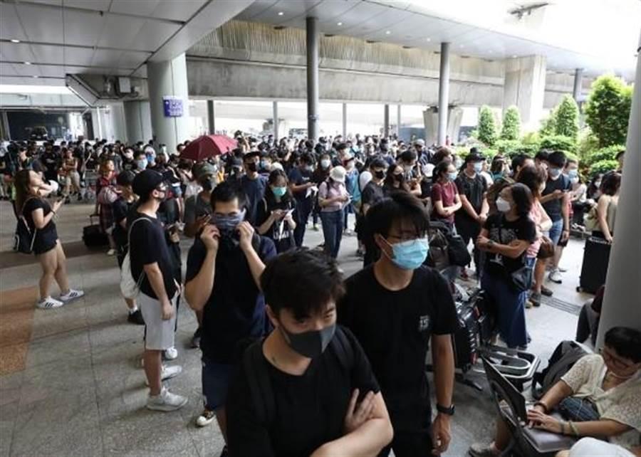 香港機場巴士總站已有多人聚集。(圖/東網)