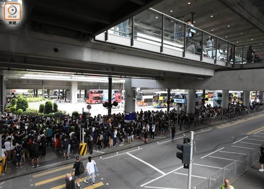 聚集香港機場的示威者愈來愈多。(東網)