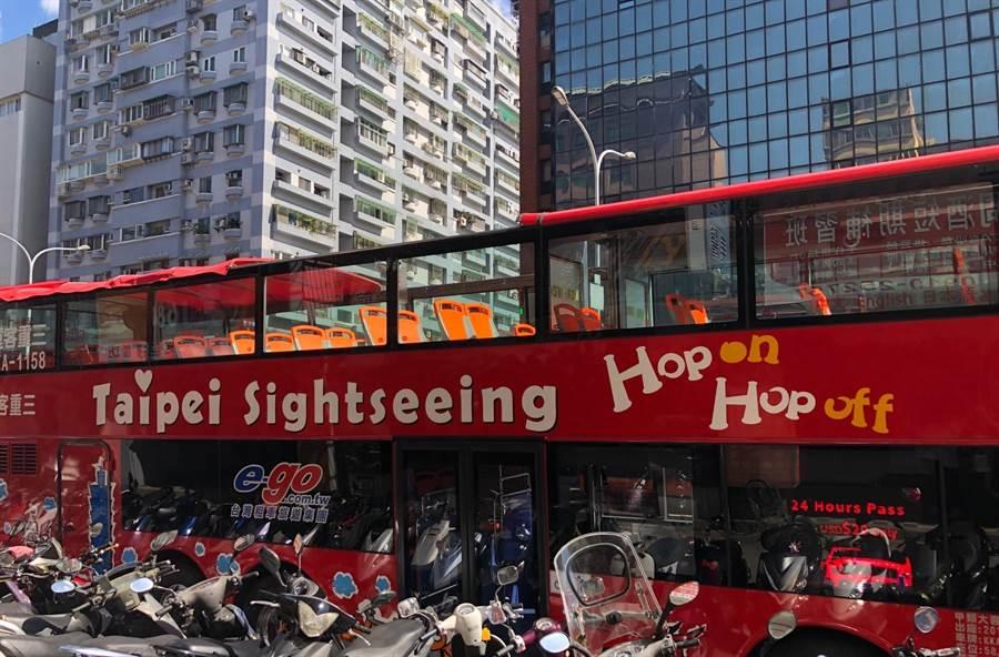 北市雙層觀光巴士由紅、藍兩條路線組成,主打多國語言語音導覽、一次玩遍北市熱門景點。(吳堂靖攝)