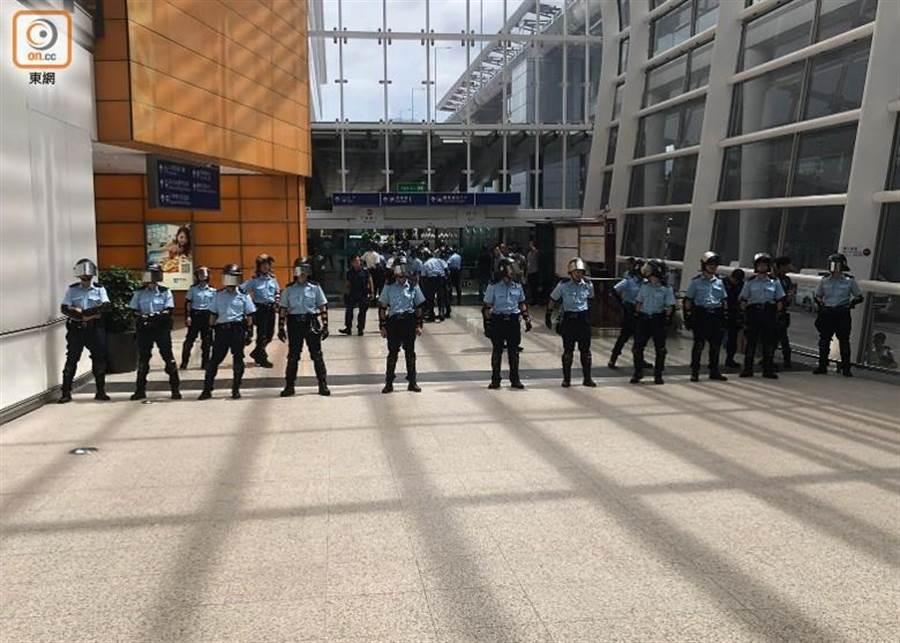 警員在客運大樓通道戒備。(圖/東網)
