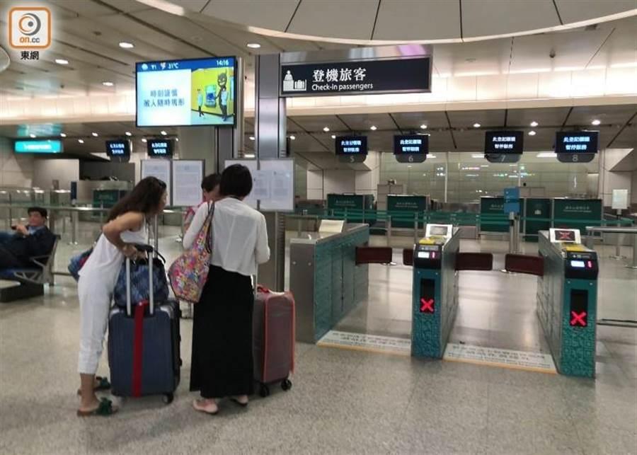 機場快線往香港方向的列車暫停服務。(圖/東網)