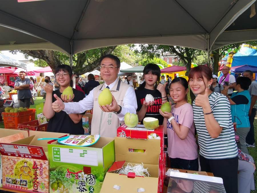 麻豆文旦節活動1日在總爺藝文中心盛大展開,台南市長黃偉哲(左二)到場幫忙柚農促銷。(劉秀芬攝)