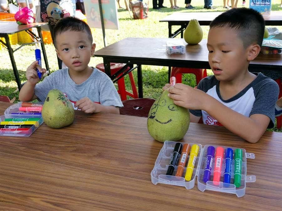 麻豆文旦節活動1日在總爺藝文中心盛大展開,好柚DIY吸引親子排隊報名參加。(劉秀芬攝)