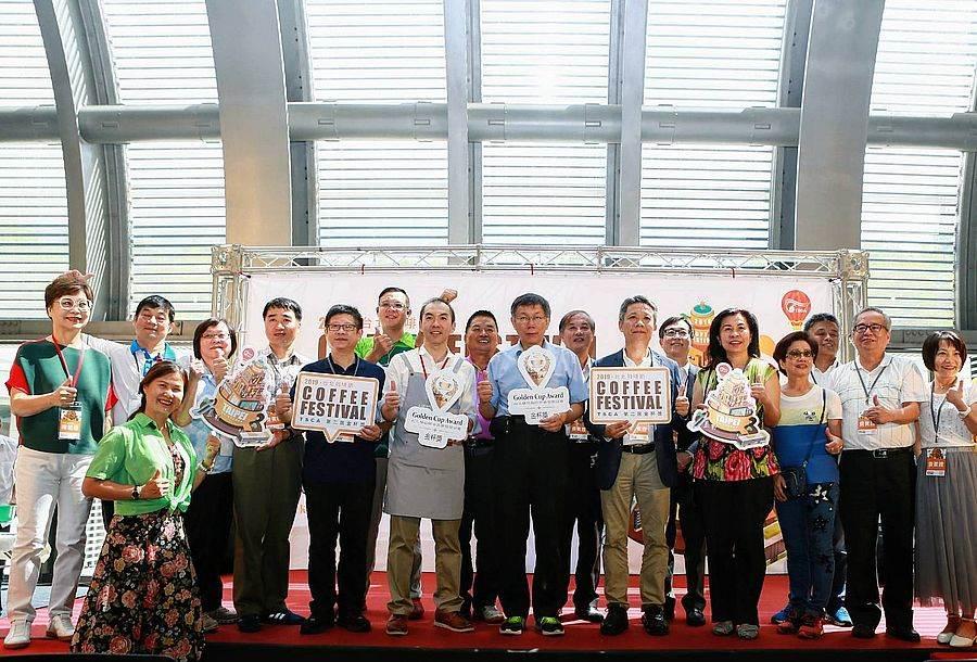 台北市長柯文哲一同感受手沖魅力。(圖取自台北咖啡節Facebook)