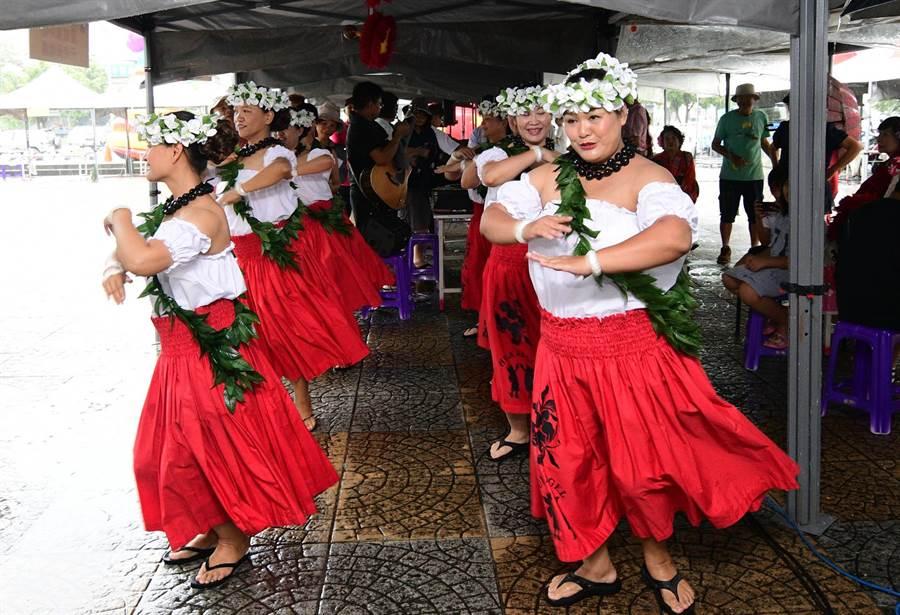 台東街頭藝人認證考照,1日舉行,由媽媽們組成的夏威夷舞團,展現異國風情。(莊哲權攝)