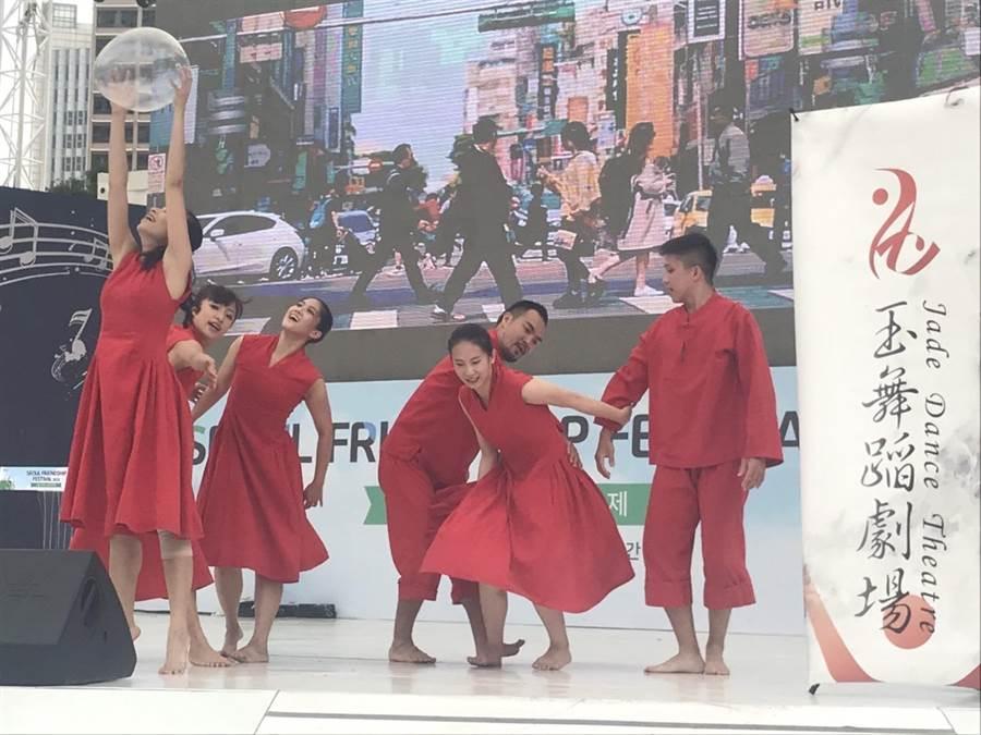 玉舞蹈劇場於首爾友誼節演出作品《紅蛋》。(北市文化局提供/吳堂靖台北傳真)