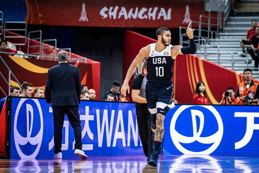 美國前鋒塔圖舉起左手慶祝進球。(摘自FIBA官網)
