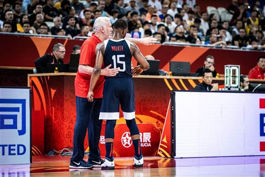 美國男籃總教練帕波維奇把肯巴沃克叫到場邊面授機宜。(摘自FIBA官網)