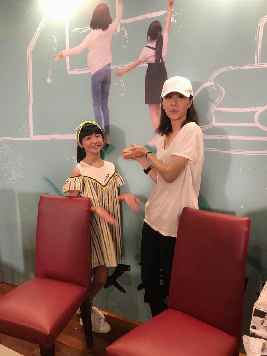 《俗女養成記》最終回直播,謝盈萱、吳以涵兩位陳嘉玲一起現身。(華視提供)