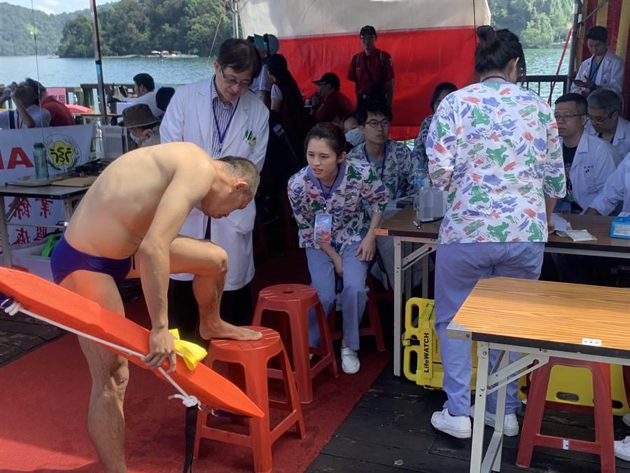 日月潭萬人泳渡,醫療團隊維護泳客健康。(廖志晃攝)