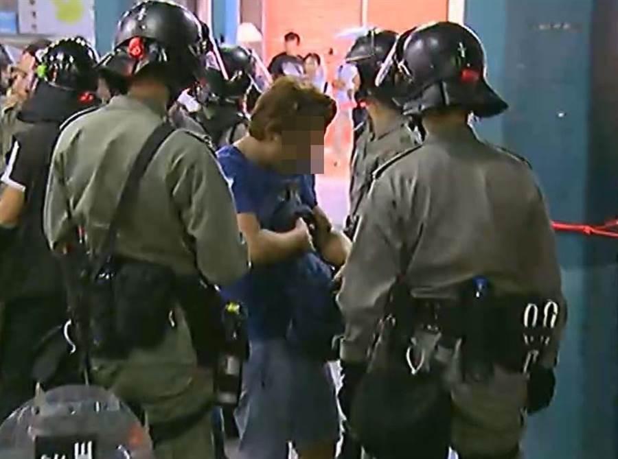 警員搜查其乘客的隨身物品。翻攝無線新聞