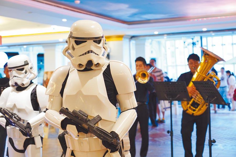 台北街頭出現帝國風暴兵!台北青年管樂團和星戰經典角色大玩快閃,演奏星戰主題曲和〈帝國進行曲〉等經典配樂。(牛耳藝術提供/許文貞台北傳真)