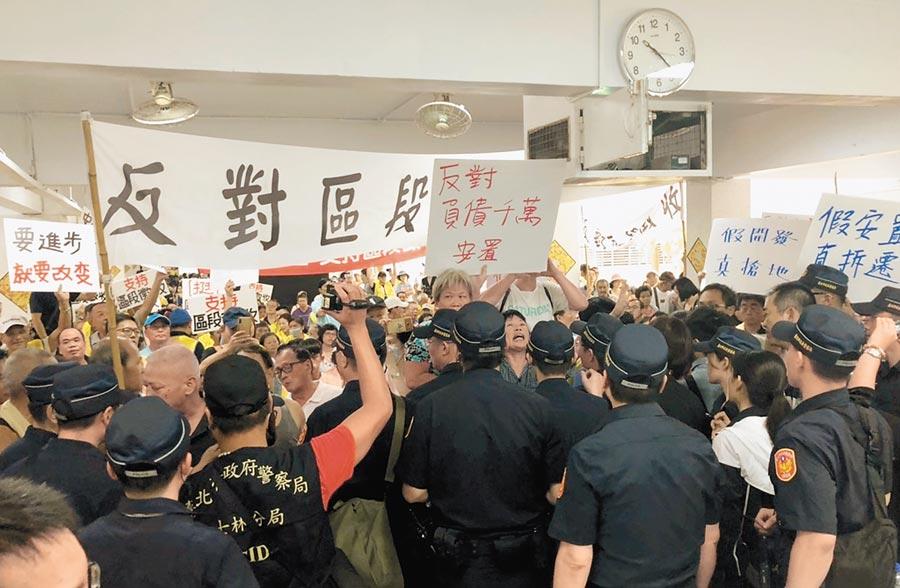 北市府昨於社子島舉行拆遷安置說明會,支持與反對居民隔空互嗆,場面火爆 。(吳堂靖攝)
