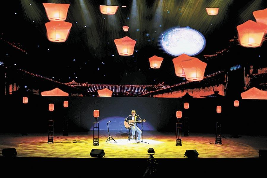 6月16日,第十一屆海峽論壇大會在廈門國際會議中心舉行,台灣音樂人陳彼得現場表演。(中新社)