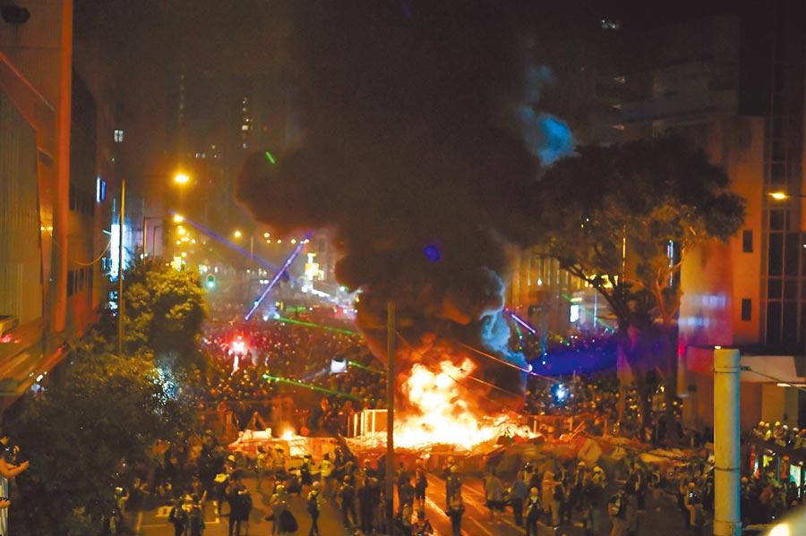8月31日,香港示威者在灣仔警察總部附近放火。(新華社)