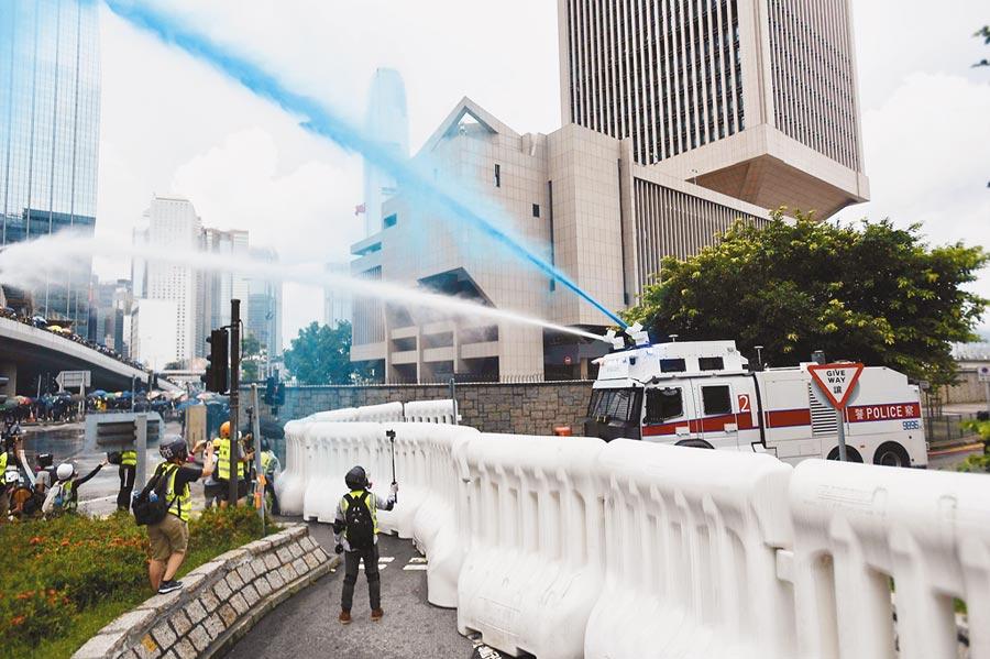 8月31日下午,香港警方以水炮車驅散示威者。(中新社)