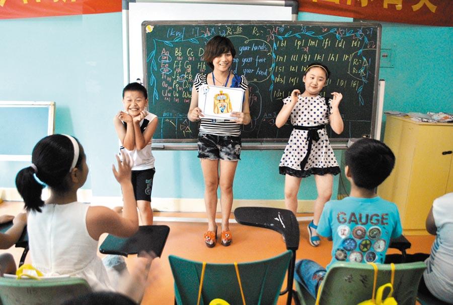 浙江一家英語補習班裡,學生正在與英文老師互動。(CFP)