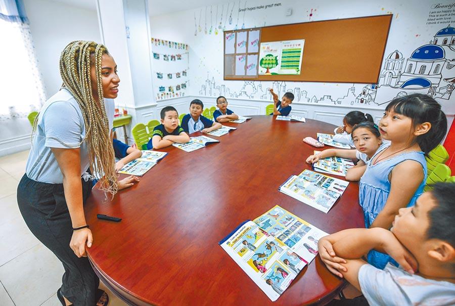 浙江長興縣維多利外語學校,外國老師正為孩子們上課。(新華社資料照片)