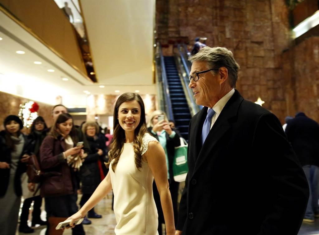 川普私人特助魏斯特荷(左)酒後失言,向記者大爆料川普家人私事,她隨後請辭獲准。(圖/美聯社)