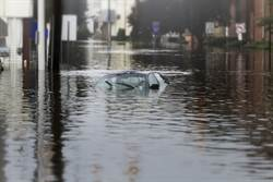 洪水淹車內報警遭嗆閉嘴 女慘死