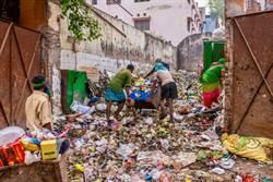 觀光區賣家垃圾桶撈杯 洗完給客用
