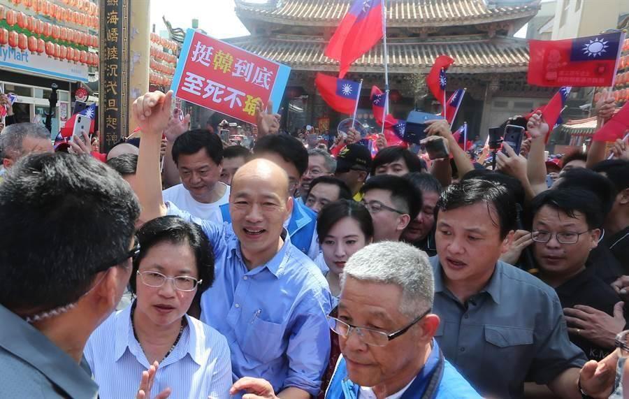 國民黨2020總統提名參選人韓國瑜,1日上午10點在護衛隊的護衛下到天后宮參拜媽祖,不少韓迷擠爆天后宮廣場,揮舞國旗高喊韓國瑜凍蒜。(黃國峰攝)