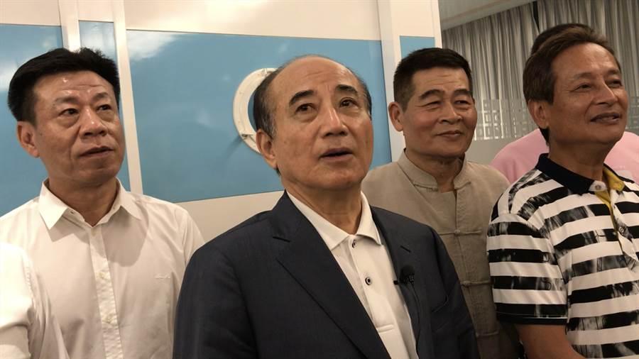 立委王金平(中)1日晚間在基隆,和地方人士會見商談,被國民黨開除的前基隆市議員陳江山(右一)也到場。(張穎齊攝)