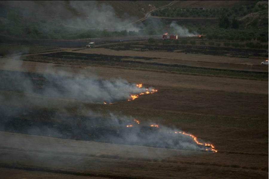 以色列砲火1日擊中黎巴嫩南部邊境村莊馬容埃拉斯(Maroun al Ras)的畫面。(美聯社)