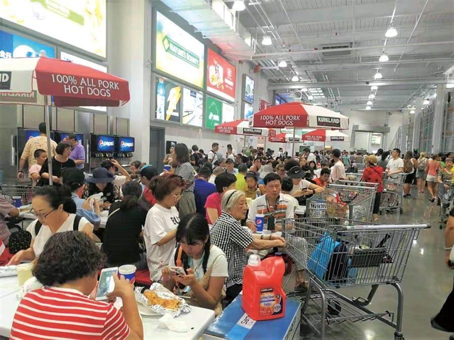 大陸首家Costco門市8月27日在上海開幕,首日人潮異常火爆。(圖/吳泓勳)