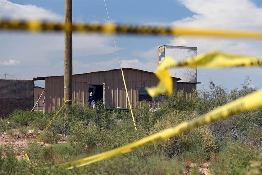 造成7死、22傷的德州公路槍擊案,警方公布槍手身分,是一名36歲白人男性阿圖兒(Seth Aaron Ator)。圖為警方搜索槍手住家。(圖/路透社)