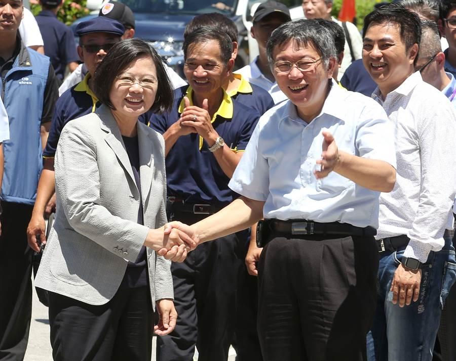 蔡英文總統與柯文哲同台握手。(王英豪攝)